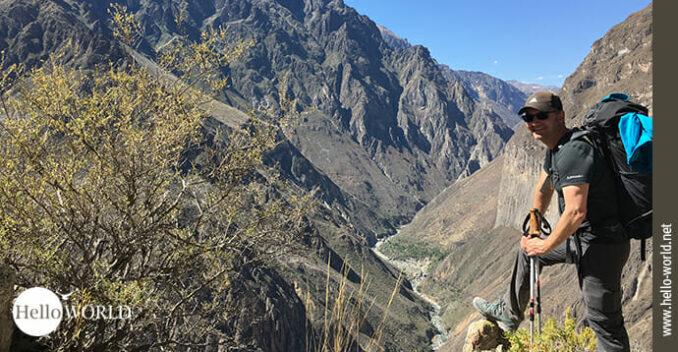 Das Bild stammt aus dem Colca Canyon in Peru und zeigt einen Wanderer, dahinter der Blick in das Tal.
