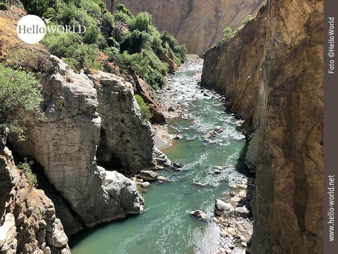 Dieses Bild zeigt einen Abschnitt des Rio Colca im Colca Canyon, Peru, der tiefgrün zwischen den Felswänden fließt.