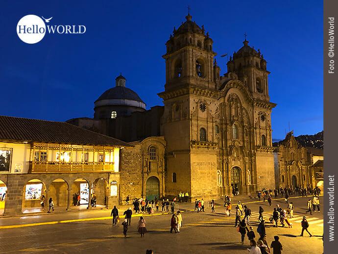 Dieses Bild aus Cusco, Peru, zeigt die beleuchtete Iglesia la Compania de Jesus bei Nacht.