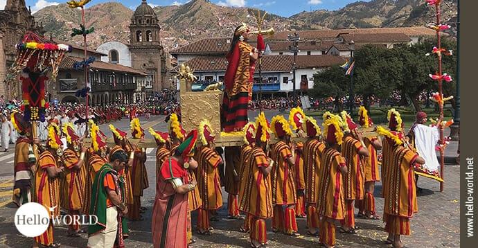 Dieses Bild aus Peru zeigt eine in traditionelle gelb-rote Gewänder bekleidete Gruppe auf dem Inti Raymi - The Inca Festival of the Sun in Cusco.