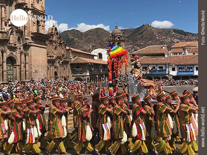 Dieses Bild wurde in Cusco, Peru, während der Eröffnungszeremonie des Inti Raymi aufgenommen und zeigt eine Gruppe von Männern und eine Frau, die auf einem Sitz getragen wird.