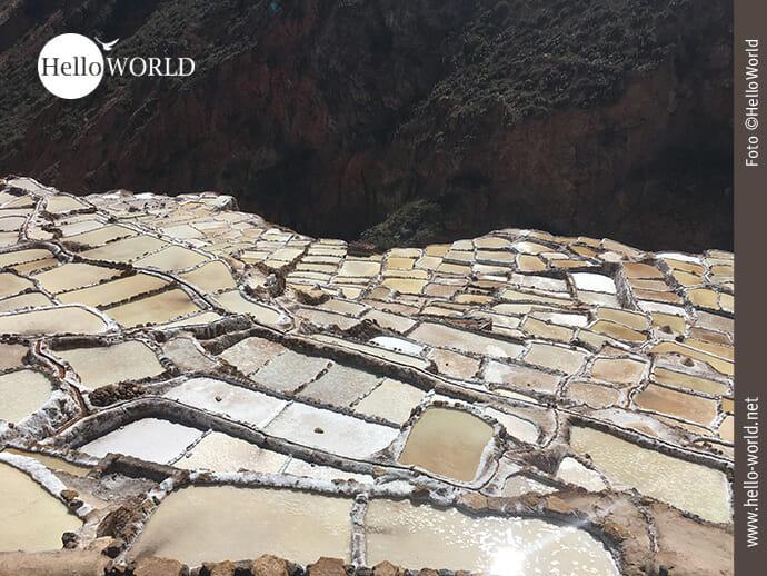 Spiel der Farben bei den Salzterrassen in Peru
