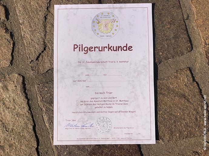 Das Bild zeigt die Trierer Pilgerurkunde der St. Jakobusbruderschaft Trier e.V. die Pilger für den Mosel-Camino erhalten.