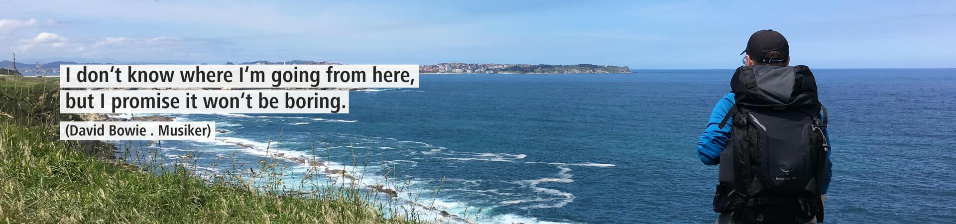 Dieses Bild zeigt Nico an der Atlantikküste von hinten wie er auf das Meer schaut