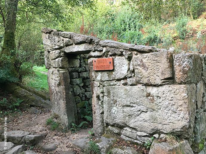 Das Bild zeigt eine steinerne Ruine, die man auf der Variante Espiritual des Camino Portugues sehen kann.