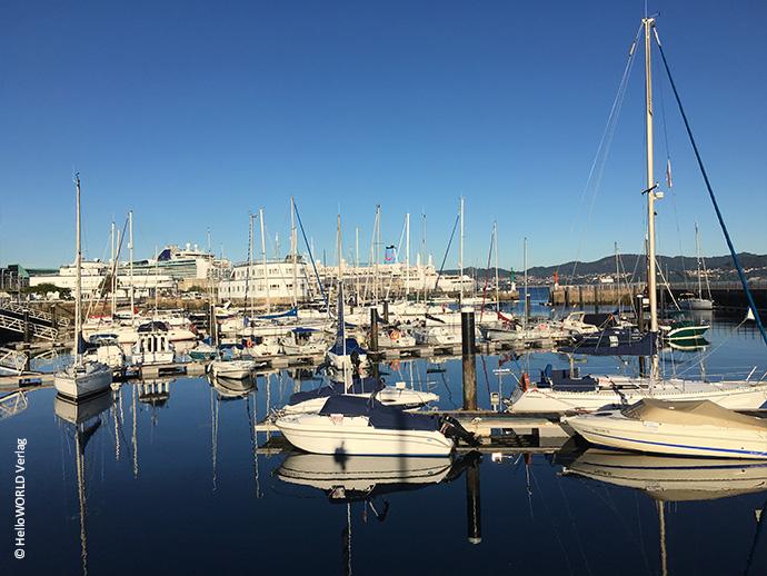 Hier sieht man den Hafen von Vigo, einer Großstadt in Spanien, in dem kleine Boote und Yachten liegen.