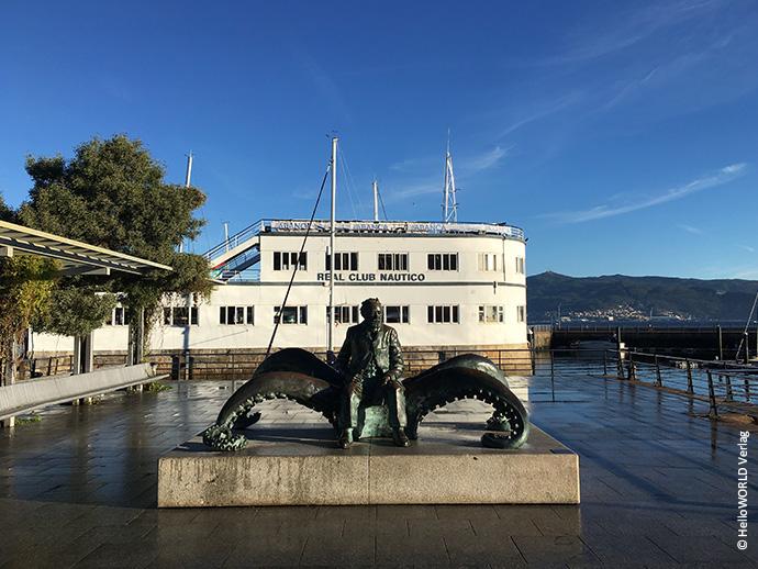 Hier sieht man eine Skulptur von Jules Verne am Hafen von Vigo.