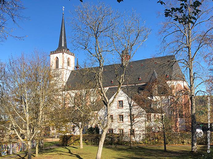 Auf diesem Bild vom Mosel-Camino sieht man die Wallfahrtskirche in Klausen an einem strahlenden Herbsttag.