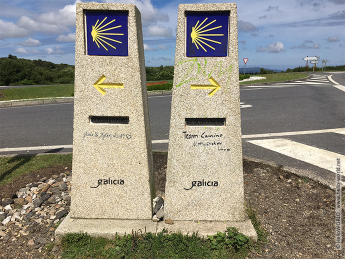 Das Foto zeigt zwei Kilometersteine, die die Richtung nach Finisterre und Muxia weisen.