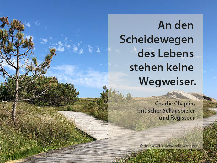Hier sieht man eine Wegkreuzung und einen Spruch von Charlie Chalin aus der Sammlung 101 Jakobsweg-Zitate.
