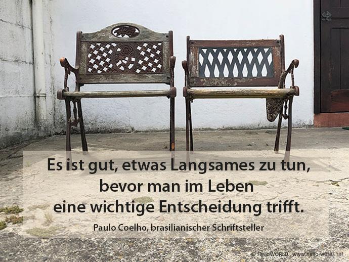 Das Bild zeigt zwei alte Holzbänke und davor ein Zitat des brasilianischen Schriftstellers Paulo Coelho.